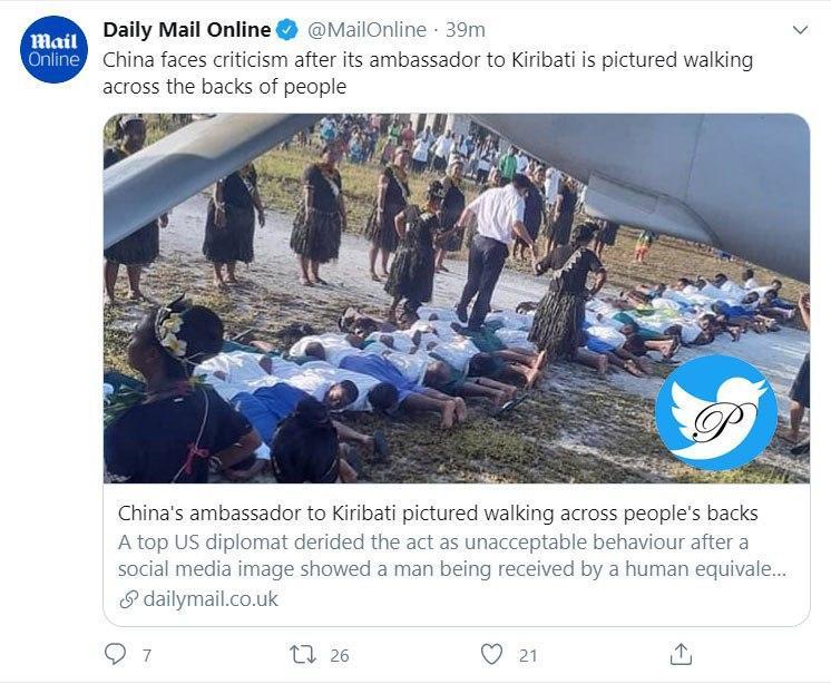 عبور سفیر چین از روی کمر مردم!+عکس