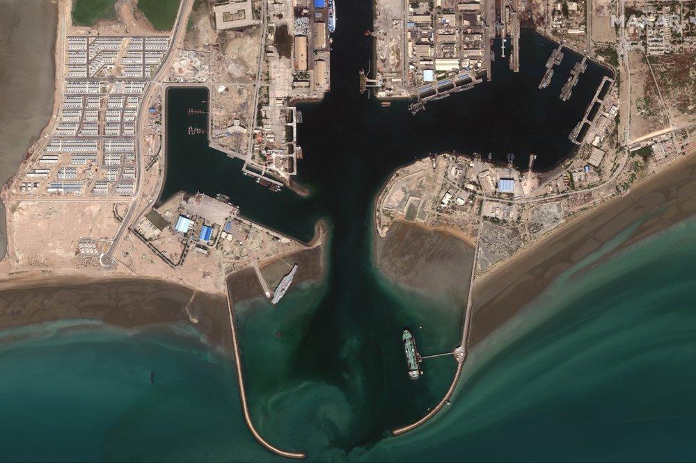 ایران ماکت ناو هواپیمابر آمریکایی را به تنگه هرمز منتقل کرد