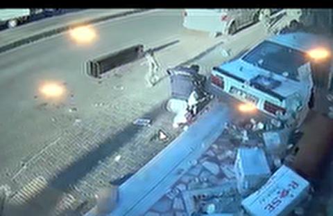 سه زخمی در حادثه ورود خودرو به فروشگاه در ترکیه + فیلم