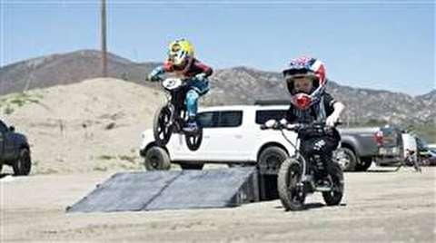 مهارت عجیب پسر ۹ ساله در موتورسواری+فیلم