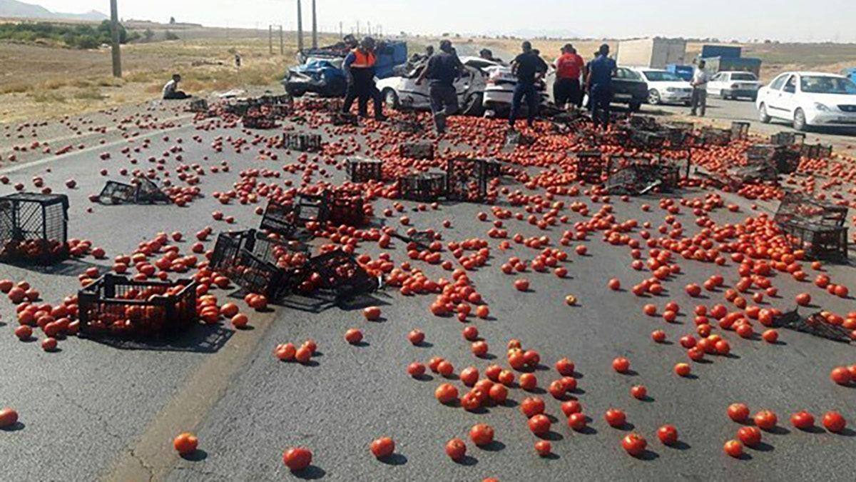 مرگ ۳ مسافر در تصادف نیسان پر از بار گوجه فرنگی + عکس
