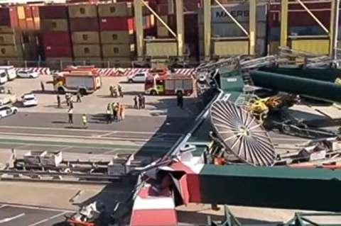 لحظه سقوط جرثقیل ۵۵ متری در بندر والنسیا + فیلم