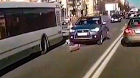 عبور دردناک خودروی سواری از روی اسکیت سوار+فیلم