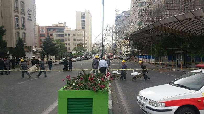 سقوط داربست روی ماشینها در سعادتآباد+ فیلم