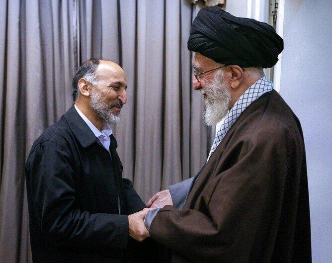سردار حجازی دست در دست رهبر انقلاب +عکس