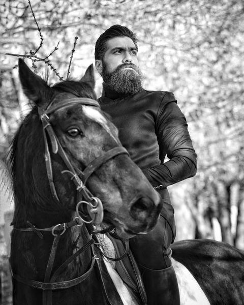 علی زند وکیلی در حال اسب سواری+عکس