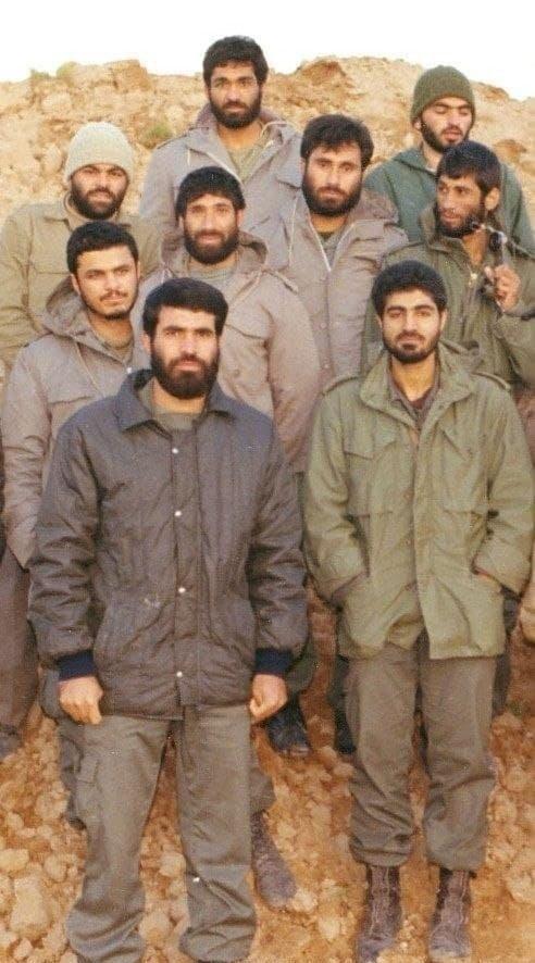 تصویری قدیمی از شهید سلیمانی در کنار جمعی از رزمندگان جنگ تحمیلی