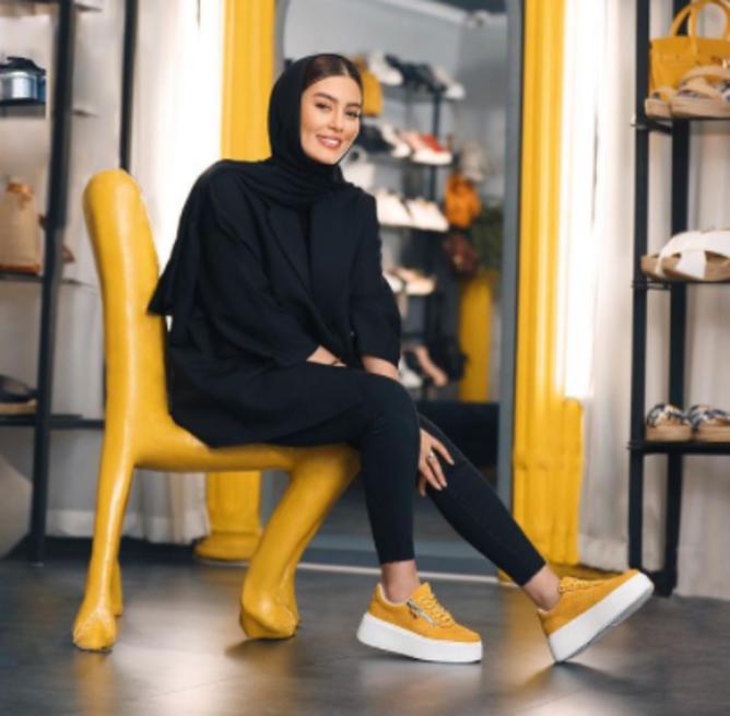 بازیگر جنجالی در یک کفش فروشی بزرگ + عکس
