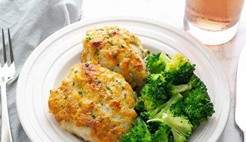طرز تهیه مرغ با پنیر چدار و ادویه رنچ و سبزیجات + فیلم