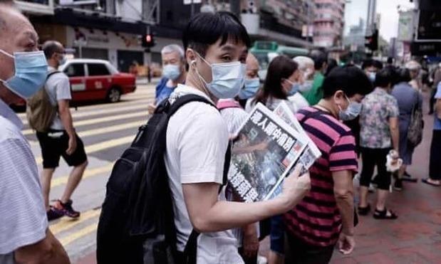 صف طولانی برای خرید آخرین نسخه یک روزنامه +عکس
