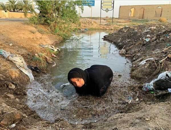 تصویر تکان دهنده از زن خوزستانی برای رسیدن آب به مزرعه اش+عکس