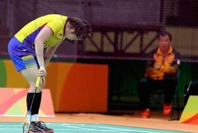 تی جینگ یی بدمینتون باز مالزیایی با وجود درد شدید تا آخر بازی ادامه داد. وی بسیار آماده به ریو آمده بود و قصد داشت یکی از بهترین نتیجهها را در فینال این المپیک ثبت کند به دلیل آسیبدیدگی ماهیچه ساق پا در اواسط بازی خود در برابر آکانه یاماگوچی ژاپن شکست خورد. او زمانی که  17 بر 15 از حریف خود پیش بود به دلیل احساس درد دیگر نتوانست حرکت کند و درخواست مراقبتهای پزشکی کرد.آسیبدیدگی او به حدی بود که عکسالعمل این ورزشکار مانند کسی بود که به بدنش گلوله شلیک شده و به یکباره به زمین میافتد اما با این حال با کمک پزشکان تصمیم گرفت راند دوم را به هر نحوی و با درد و سختی به پایان برساند. جینگ یی با ابزار ناراحتی نسبت به اتفاقی که در این المپیک برای او افتاده گفت: ممکن است به خاطر این آسیب دیدگی بازیهای المپیک 2020 توکیو را از دست دهم البته تا المپیک بعدی چهار سال زمان باقی مانده و فعلا باید تا مدتی استراحت کنم.