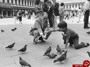 جاستین ترودو نخست وزیر کانادا که همراه با پدرش به کبوتر ها غذا می دهد؛ سال ۱۹۸۰ در ونیز.