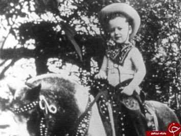 بیل کلینتون رئیس جمهور سابق آمریکا بر روی اسب پونی در آرکانزاس.