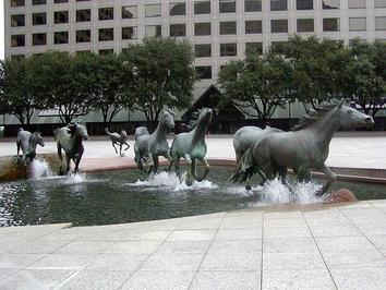 اسبهای وحشی ساخته رابرت گلن واقع در شهر لاس کولیناس، ایلالت تگزاس، امریکا