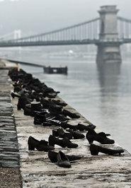 «کفشهای آهنی کرانه رود دانوب»، ساخته شده توسط کن توگای (کارگردان سینما) و گیولا پائور (مجسمه ساز) واقع در بوداپست، مجارستان