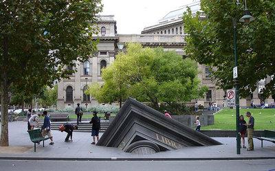 «ساختمان فرورفته بیرون از کتابخانه ایالتی»، ملبورن، استرالیا