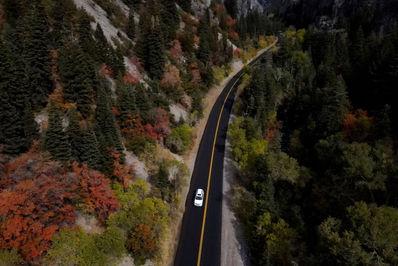 اتومبیل در جاده ای در ایالت یوتا